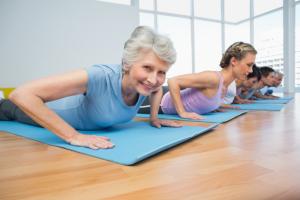 Frauen machen Pilates