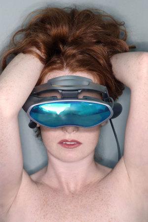 Frau mit VR- Brille