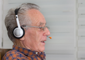 Senior mit Headset