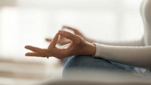 Frauenhand Daumen und Finger in Asana-Haltung