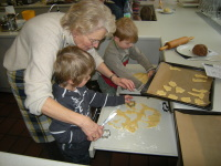 Peter Maisel, Rentnerin backt Plätzchen mit Kindern