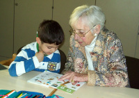 Karin Schiekel, Seniorin Frau bei Hausaufgabenhilfe