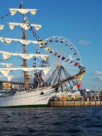 Segelschiff mit Rummelplatz